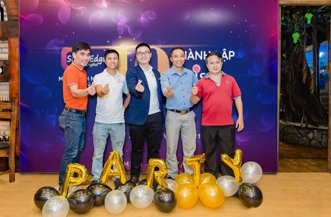 Founder Laevis Nguyễn (ở giữa) tại buổi kỷ niệm 10 năm thành lập DaisyWebs
