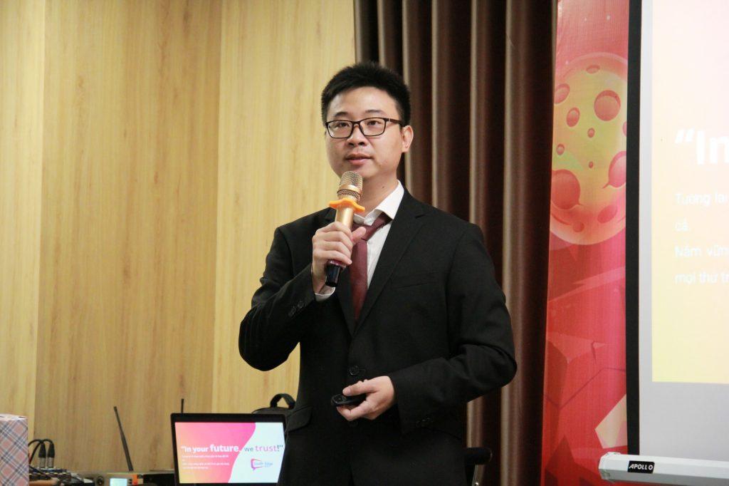 Anh Laevis Nguyễn trong buổi chia sẻ với nhân viên South Edge